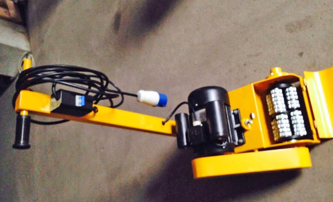 结构紧凑且轻便灵活的车载除锈机,安装在相电动机作为磨光的驱动机器。能够满足甲板及成片需磨光,除锈的场所, 进行打磨抛打去漆除锈的操作,方便地更换打漆和磨光去锈的各种磨光工具轮,适用于不同磨光场合的需求。 技术数据:电动机:三相110v/220V 60/50Hz 或380V/440V 60/50Hz(适用不同电源能互换) 110V/220V 50/60HZ 380/440V 50/60机型参数 长宽高:L*W*H 1100*909*
